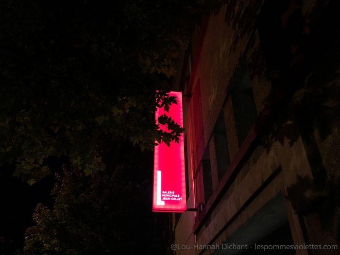 Photo de l'enseigne rouge néon de la galerie municipale de Viry-sur-Seine, dans la nuit.