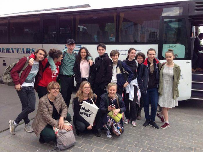 Photo de groupe de l'équipe devant le car avant de partir à l'aéroport